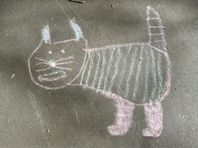 Zweibeinige Katze, Kreidezeichnung auf Asphalt