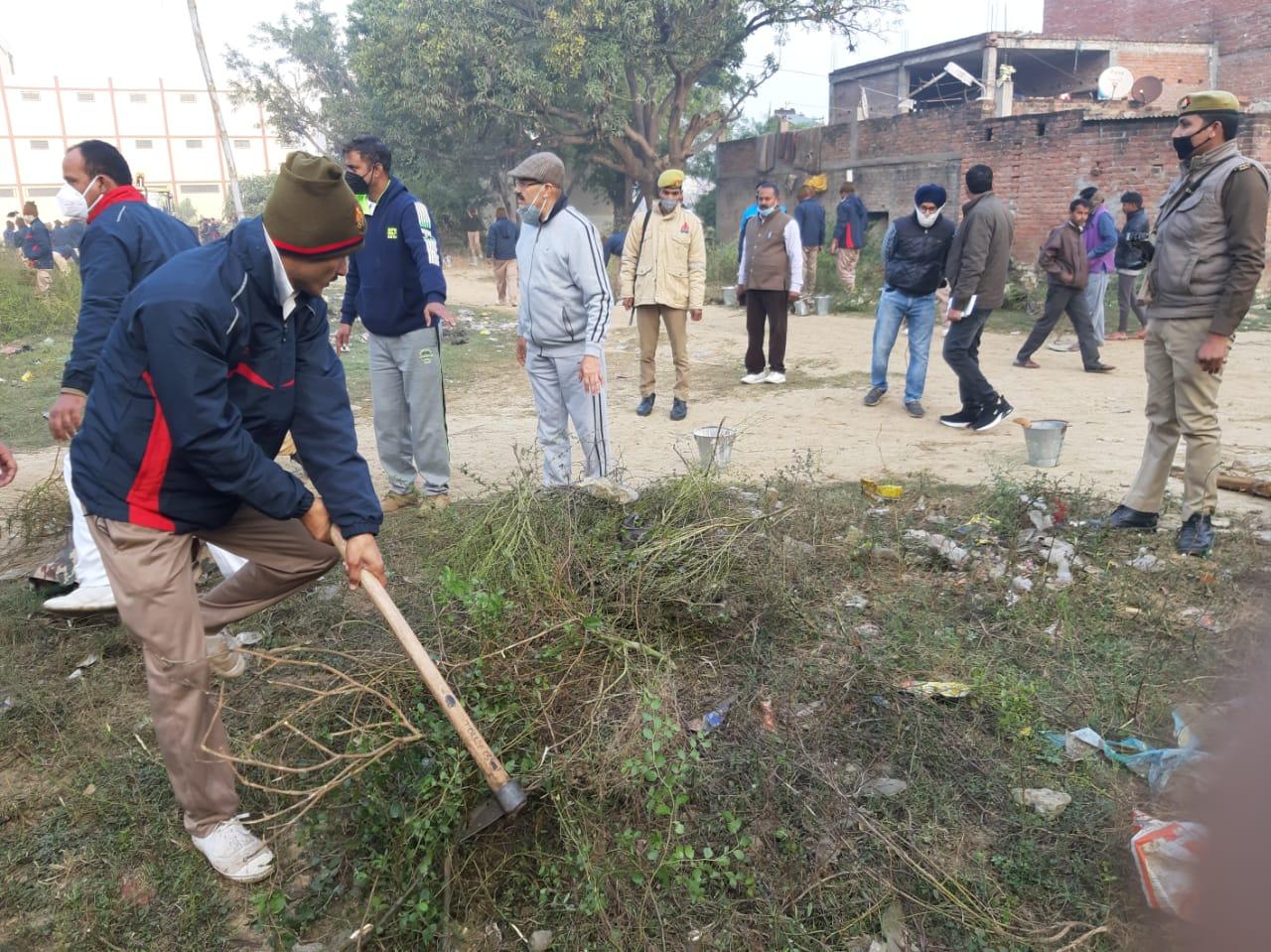 प्रत्येक रविवार को पुलिस अधीक्षक बाराबंकी के नेतृत्व में चलाए जा रहे स्वच्छता अभियान में समस्त अधिकारियों ने बढ़-चढ़कर किया श्रमदान