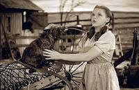 Fotograma del Mago de Oz, 1939, en el que aparece Judy Garlan (Dorothy) abrazando a su perro Totó