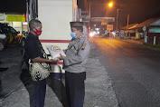 Malam-malam, Polisi Salurkan Bantuan Bagi PKL Di Kemangkon