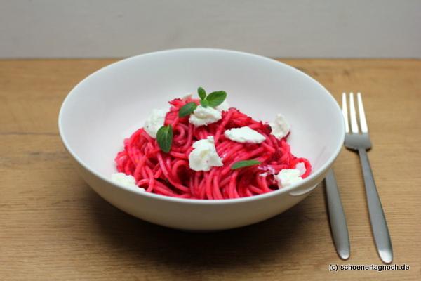Pinke Spaghetti mit Rote Bete-Pesto, Minze und Ziegenfrischkäse