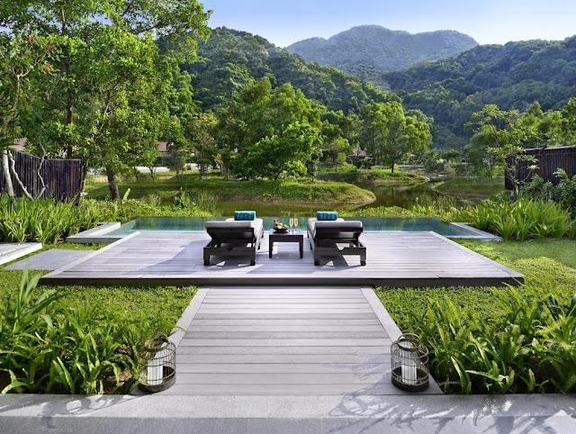 Được ví như một trong những điểm đến nghỉ dưỡng lý tưởng, khu resort ở Laguna Lăng Cô rộng 280 héc-ta nằm kề bên vịnh Lăng Cô và được bao bọc bởi bờ biển dài 3 km tại khu kinh tế Chân Mây với tầm nhìn hướng thẳng ra Biển Đông.