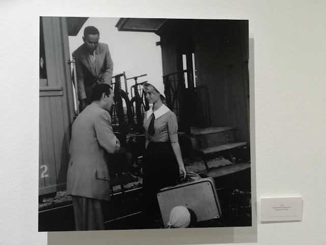 Brigitte Bardot en su llegada a Torremolinos en blanco y negro, con maleta, blusa de cuadros y corbata negra