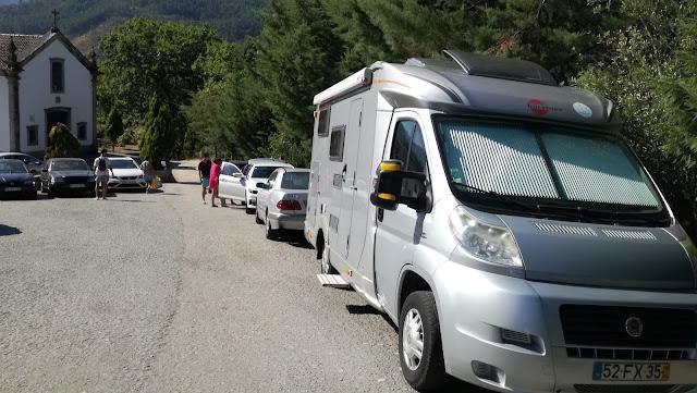Auto caravanas estacionadas no largo antes da estrada terra batida