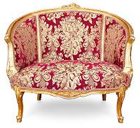 Ahşap kısımları altın yaldızlı, döşemesi çiçek desenli kırmızı bir kumaş olan eski bir iki kişilik markiz koltuk