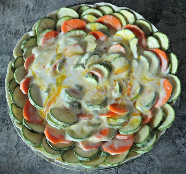 A la tarta con vegetales se le agrego una mezcla de huevo y crema de leche salpimentada por encima