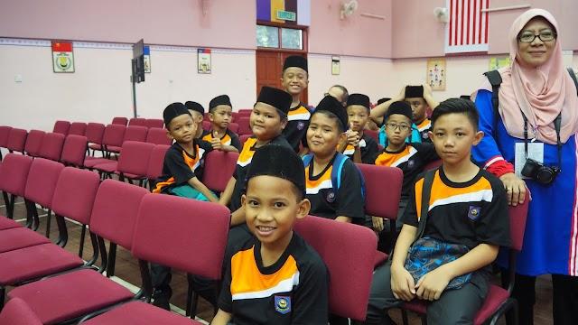 Kontinjen Sabah bersama guru pengiring