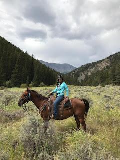 Riitta Reissaa ratsastaa Idahon vuorilla