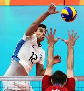 El equipo dirigido por Julio Velasco debutó el domingo con un buen triunfo sobre Irán, por 3 a 0 (parciales de 25-23, 26-24 y 25-18), y ayer se despachó con una impactante victoria ante el último campeón olímpico, Rusia, por 3 a 1, con parciales de 25-18, 18-25, 25-18 y 25-21.