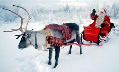 Foto de Papa Noel o Santa Claus saludando en su trineo a colores