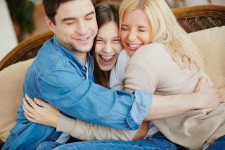 hombre feliz con familia
