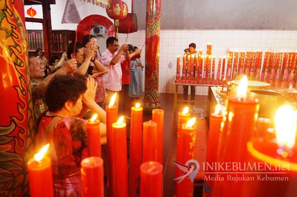 Sambut Tahun Baru Imlek, Warga Tionghoa Kebumen Sembahyang Bersama  di Klenteng
