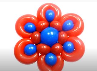 Blüte aus roten und blauen Luftballons modelliert.