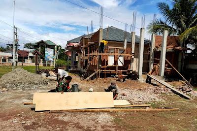 Masyarakat Desa Reuloh Senang Babinsa Ikut Bantu Bangun Kantor Desa