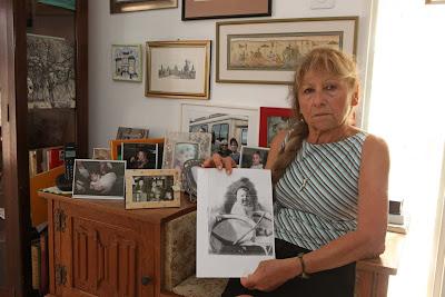 רחל בן שימול, אחותו של צבי רטיג שנעלם, אוחזת בתמונתו בדימונה השבוע - צילום: אליהו הרשקוביץ