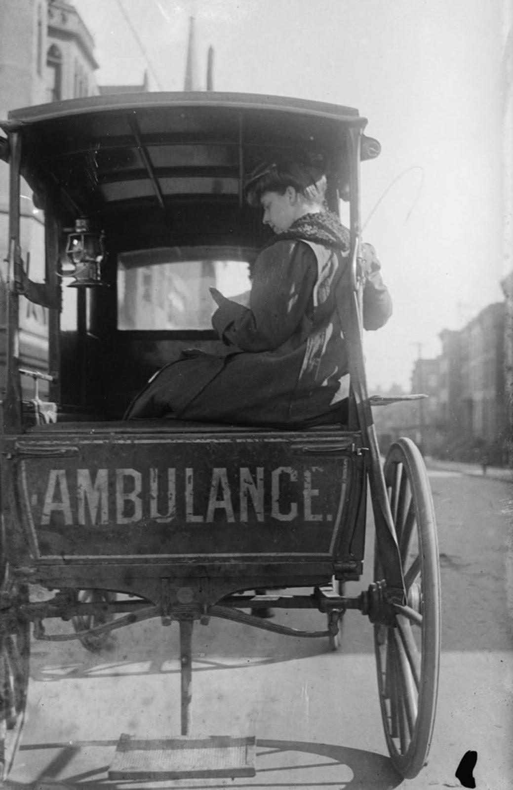 La doctora Elizabeth Bruyn se sienta en la parte trasera de su ambulancia tirada por caballos en los Estados Unidos, alrededor del año 1911.