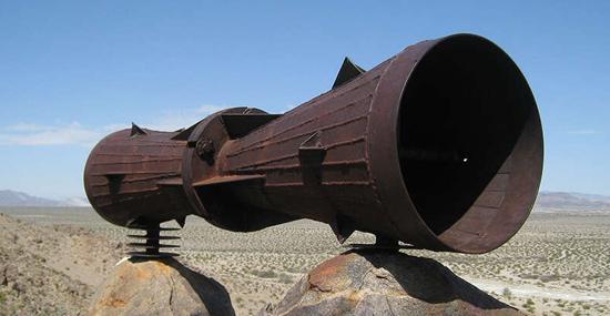 Mistério - Megafone Gigante é encontrado no meio do deserto e ninguém sabe a razão - Capa