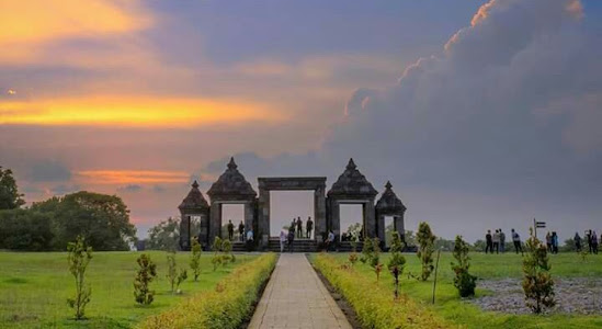 Watch the Sunset or Sunrise That Is So Enchanting at Ratu Boko Istanas Palace