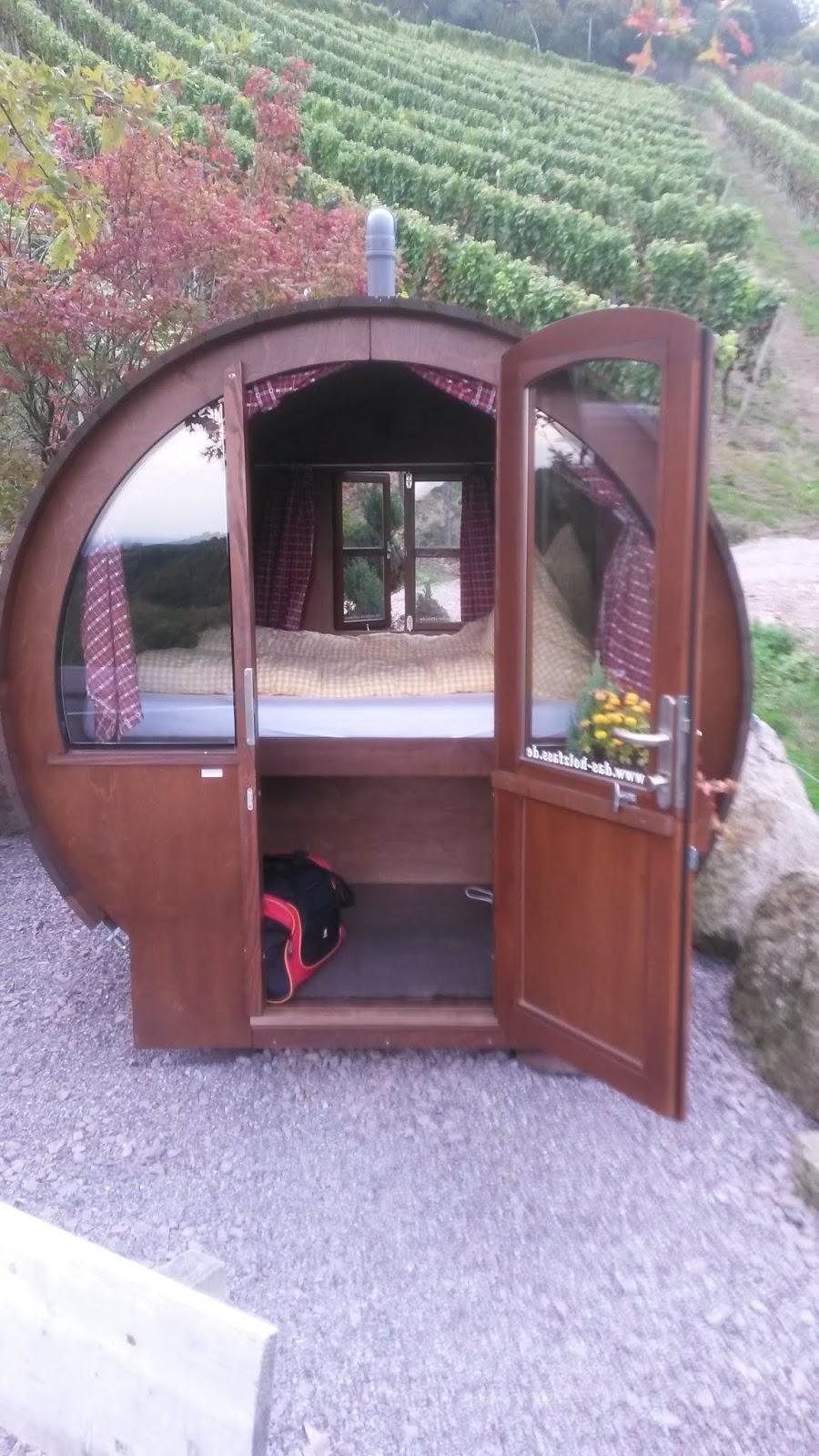Schlafen im Weinfass umgeben von Sasbachwaldens Weinbergen