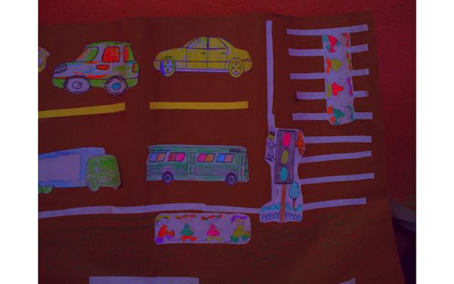 Cartaz com meios de transporte e sinalização
