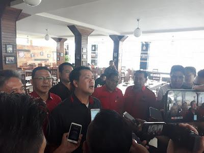 Steven Kandow, Wakil ketua Bidang Organisasi DPD PDI Perjuangan Sulut, yang Juga Wagub Sulut, saat diwawancarai.