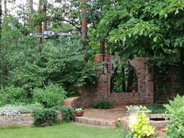 murek z cegły rozbiórkowej w ogrodzie