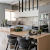Cozinha contemporânea preta, cinza e amadeirada com mármore branco paraná!