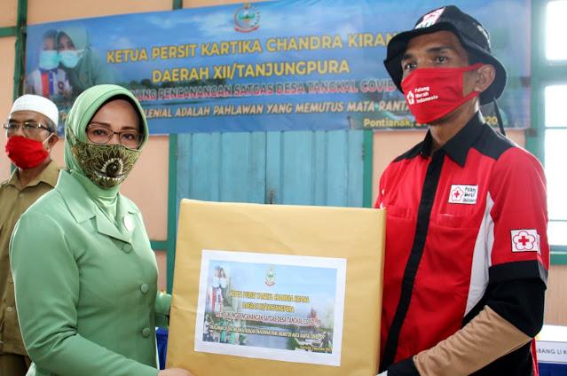 Dukung Pencanangan Satgas Desa Tangkal Covid-19, Ketua Persit KCK PD XII/TPR Beri Bantuan APD