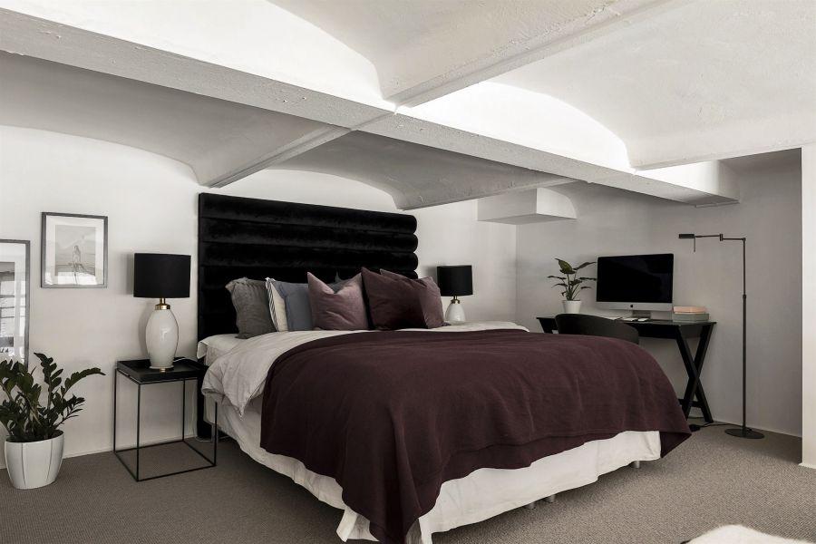 Kawalerka w czerni, wystrój wnętrz, wnętrza, urządzanie domu, dekoracje wnętrz, aranżacja wnętrz, inspiracje wnętrz,interior design , dom i wnętrze, aranżacja mieszkania, modne wnętrza, home decor, black and white, small interior, small apartment, małe mieszkanie, styl industrialny, industrial style, loft, styl loftowy, męskie wnętrze, plan otwarty, open space, salon, living room, pokój dzienny, kuchnia, kitchen, aneks kuchenny, szara kanapa, czarny stół, czarne krzesło, czarny dywan, antresola, sypialnia, bed room