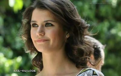 التركية الشابة بيرين سات Beren Saat أن تلفت أنظار المشاهدين ليس فقط بفضل أدائها اللافت إنما أيضاً