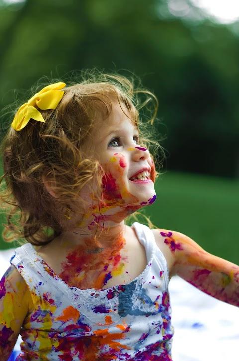 Hình nền baby girl nghịch với màu sơn