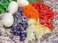 Salata orientala preparare reteta - fierbem cartofii si ouale, taiem maslinele feliute