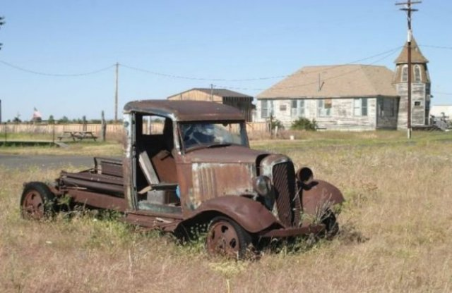 Shaniko ghost town filled with classic cars