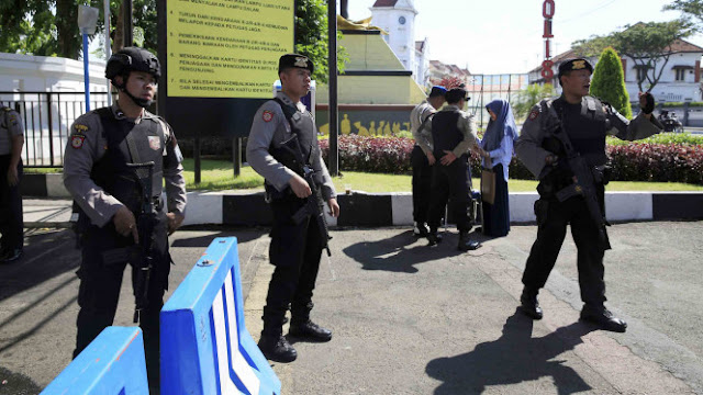 Jenguk Cucunya Yang Selamat Setelah Diajak Ngebom Bunuh Diri Di Mapoltabes Surabaya, Ayah Ini Tak Sudi Lihat Jasad Anaknya yang Jadi Teroris....