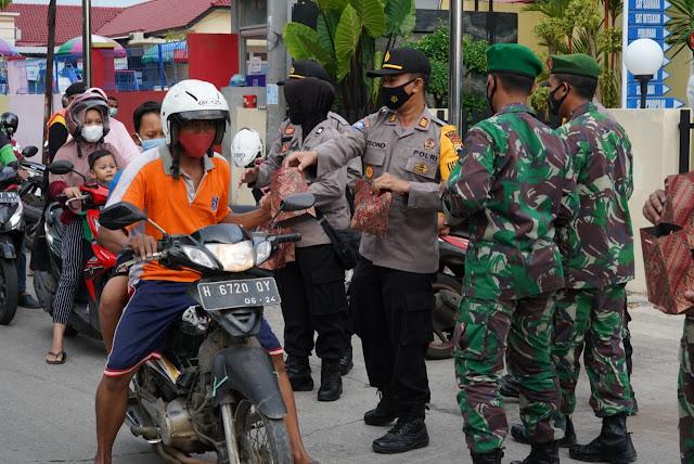 Semangat Kebersamaan, TNI Polri Bagi Bagi Takjil dan Masker ke Pengendara