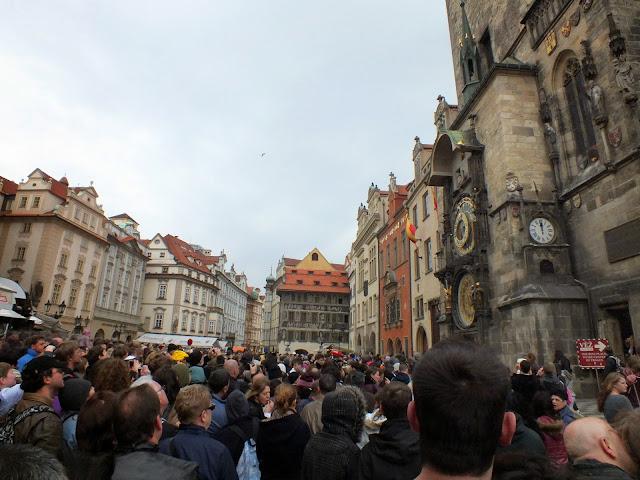 gente esperando la función del reloj de Praga