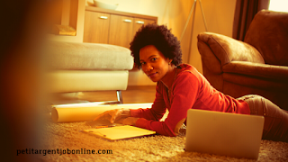 Jeune femme travail en ligne afrique