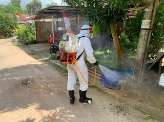 Personil Polresta Barelang Semprot Disinfektan di Komplek Perumahan Warga yang Terpapar Covid-19