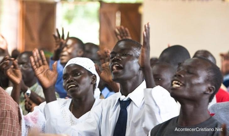Cristianos de Sudan adorando