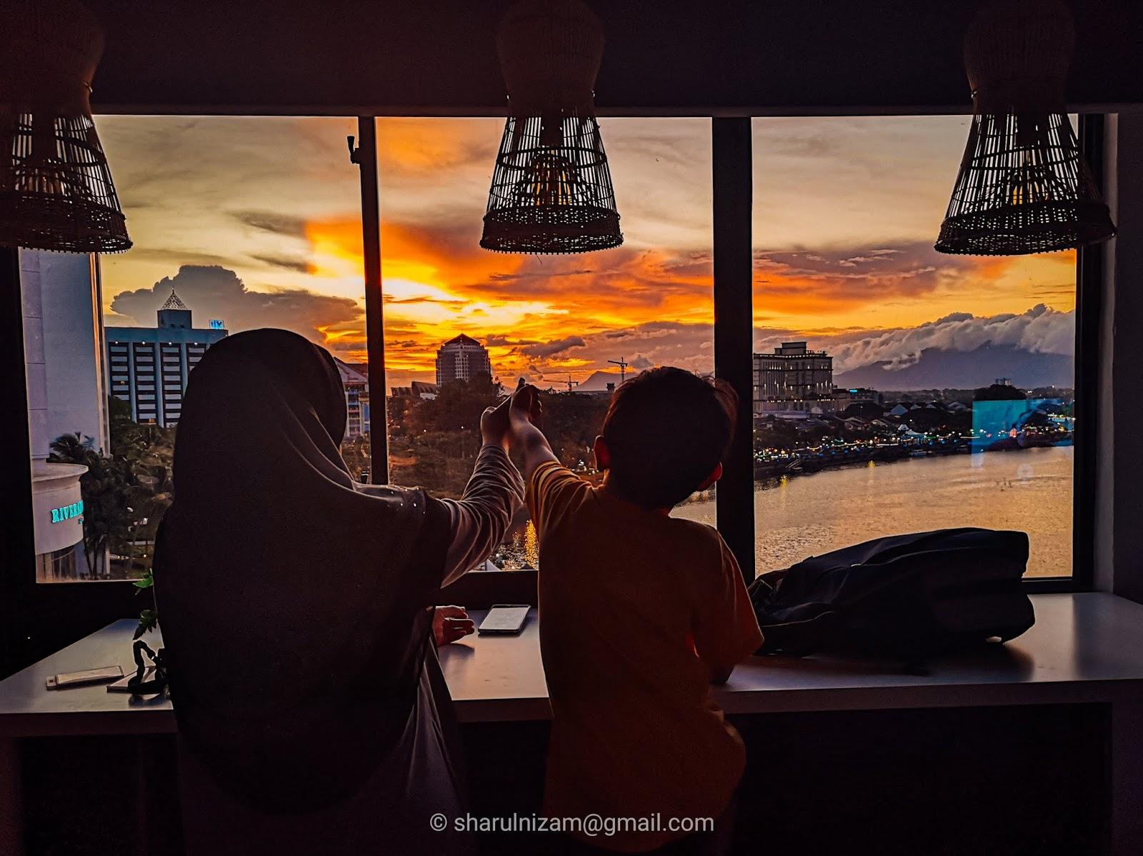 Melihat sunset dari tingkap