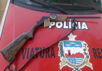 Em Olho D'Água do Casado, polícia  prende homem  por ameaça e posse ilegal de arma de fogo