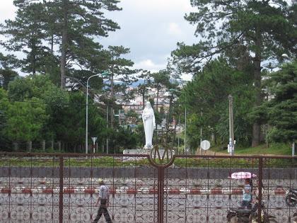 Statue de Maria Da Lat devant la cathédrale
