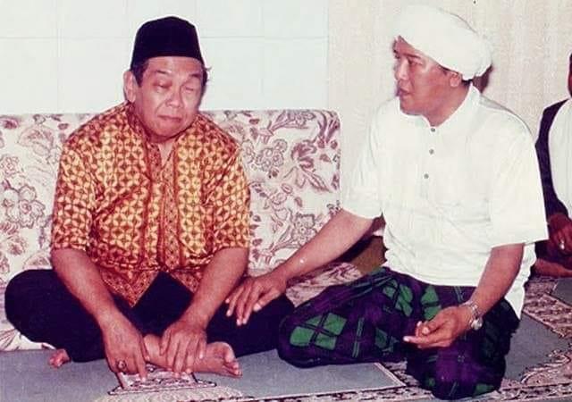 Gus Dur, Guru Bangsa yang Gemar Sowan Kiai dan Ziarah Makam Wali