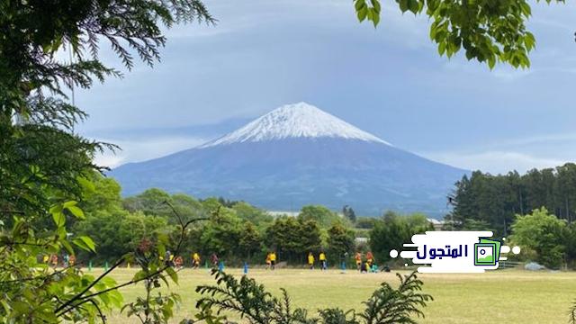 ممارسة كرة القدم للأطفال تحت جبل فوجي