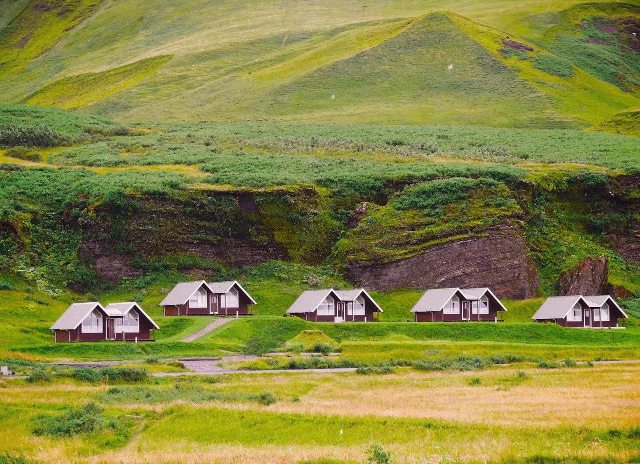منازل ريفية بسيطة وسط نجيلة خضراء
