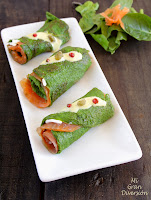 Rollitos de tortilla de espinacas, relleno de trucha ahumada y aliño de mostaza
