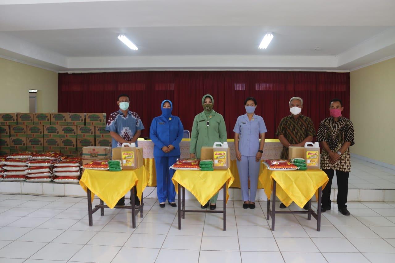 Ketua Persit KCK Koorcab Rem 043 PD II/Swj, Ny. Diana Toto Jumariono Berikan Tali Asih Kepada Karyawan SLB Dharma Bhakti Dharma Pertiwi Kemiling.