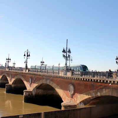 The tram crossing the iconic Pont de pierre.