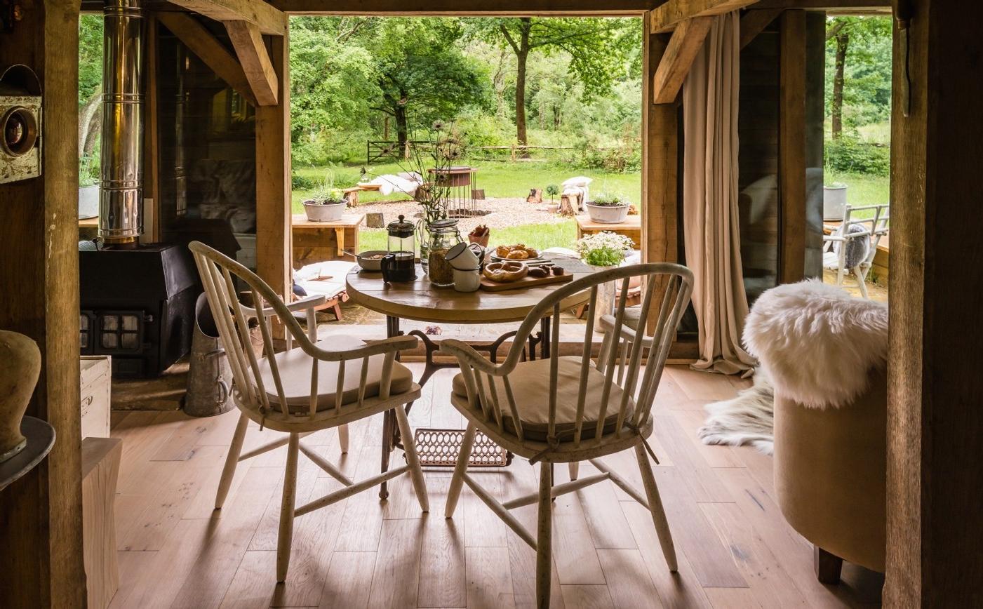 lovely deco on aime la fausse fourrure dans une deco montagne. Black Bedroom Furniture Sets. Home Design Ideas