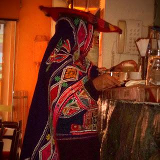 Acllia Pegando o Couvert, no Restaurante El Mesón de Don Tomás, em Cusco